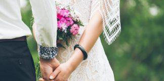 https://pixabay.com/photos/people-man-woman-holding-hands-2565128/