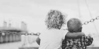 https://pixabay.com/photos/siblings-friends-brother-sister-862967/